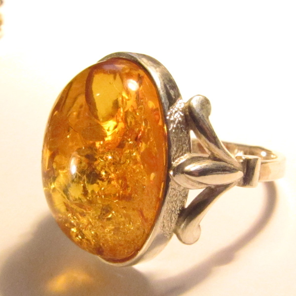 кольца с янтарем в золоте